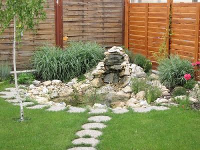 Zahradní jezírko s vodopádem